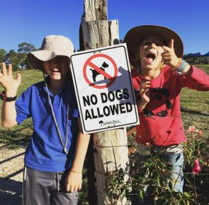 two checky children with no dogs sign